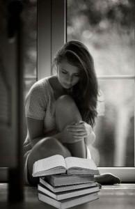 Девушка старается быстро выучить стих
