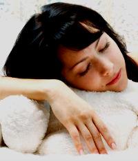 Девушка спит и ей снятся сны