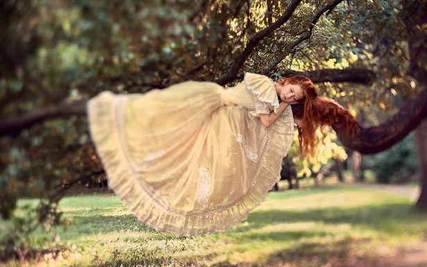 Девушка заснула на дереве